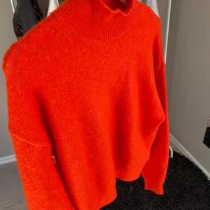 säljer denna stickade tröjan i en supercool färg från H&M och är använd Max tre gånger, som ny! köparen står för frakten!🧡🧡