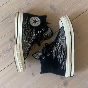 INTRESSEKOLL! har inte så mycket användning av dessa skor Därför funderar jag på att sälja dom. Säljer endast vid bra bud, buda i kommentarerna. Använda 1 gång och i bra skick💕 buda med minst 10kr. Slutar budgivningen den 18 maj