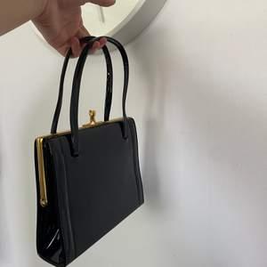 Snygg lack väska som har 90-tals vibe, passar med typ allting! Kan mötas runt om i Göteborg eller frakta( köparen står för frakten)🌸💓