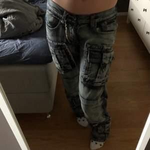 """""""Lågmidjade"""" vintage jeans köpta second hand nyligen! Har sytt in de lite i midjan men passar många storlekar. Jag är 174☺️"""