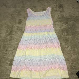 Två klänningar och en kjol som alla är i använt skick.