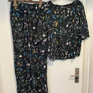 Ett matchande luftigt set med vida byxor och en slapp trekvartsärm tröja. Byxora stl 36 och Tröjan stl 38