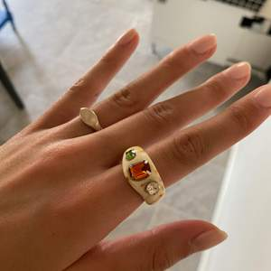 Ena ringen är sterling silver den andra är i plast från zend details tror jag (köpte här på plick). De är ca 17-18mm i diameter så motsvarar storlek M. 50kr st eller 90kr för båda. Frakt betalas av köparen!