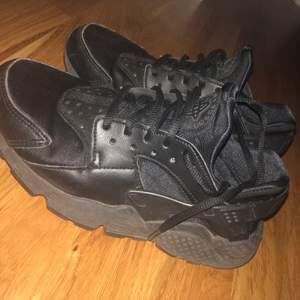 Säljer mina nike skor pågrund av att dom håller på o blir för små för mig och även för jag har köpt nya skor. Jätte fina, fel fria. Tvättas innan dom postas👍🏼 Hör av er vid intresse. Frakt kan diskuteras privat. 🌺