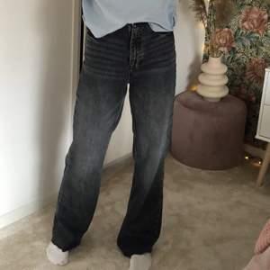 Säljer åt en kompis som köpte dessa fina jeans på Plick som tyvärr var för små💕 Jag på bilden är 175cm