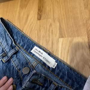 Riktigt fina jeans från Vero Moda. Normal midja och i bra skick, använts ganska mycket men har fortfarande mycket liv i dem!!! Frakt tillkommer:)