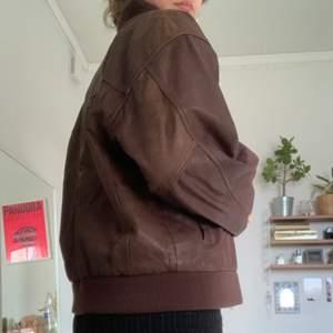 Ascool, stor jacka i äkta läder i matt material. Köpt för 250 men inte använd mer än en gång! Tveka inte på o skriva vid intresse eller för fler bilder!