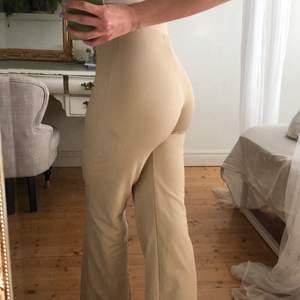 Säljer mina superfina beiga kostymliknande byxor ❤️ 100kr + frakt 🥰