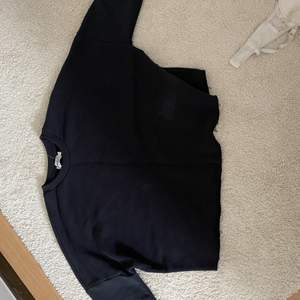 asfin croppad swetshirt som är i färgen grå/svart. Den är knappt använd och säljer pga inte min stil. köparen står för frakt