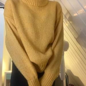 Jätte mysig tröja men lite genomskinlig (syns på bild). Väldigt fin med ett par jeans eller en kjol kanske<3