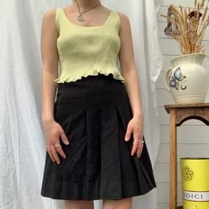 Fin kjol i ylle men är fodrad inuti med typ silke imitation. Klart den är liten😕 Dm för midjemåttet och mer info i bion. Checka även in mina andra annonser och sammfraktar mer än gärna🤍💖