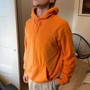 En clean och skön, orange Hoodie
