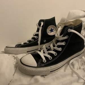 Säljer mina gamla converse pågrund av att dom är för små! storlek 38. Köparen står för frakten <3