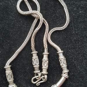 Äldre modell halsband ganska tjocka. Ca 45-50cm. Bra skick.  Fimar när jag postar.  Du väljer frakt. Spårbarhet frak 52kr vanliga är 15kr. Pris för halsband 400kr.
