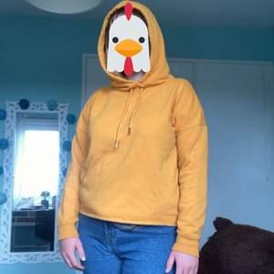 En orange hoodie från ONLY, i storlek M. Den är i fint skick men jag brukar inte ha på mig den så därför säljer jag den! 🧡