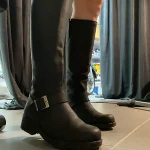 Säljer mina Johnny bulls boots då dem blivit för små. Väl använda därav de låga priset. Nypris 1600kr
