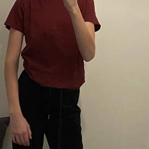 En vinröd T-shirt som är stor i storleken