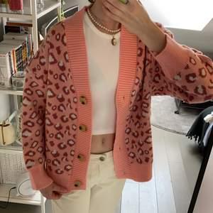 Super mjuk och skön oanvänd rosa leopard cardigan.Den har en oversized fit, funktionella knappar och jätteskön kvalite. Markerad som ONESIZED men skulle passa XS - L.                 Meddela innan du köper (: