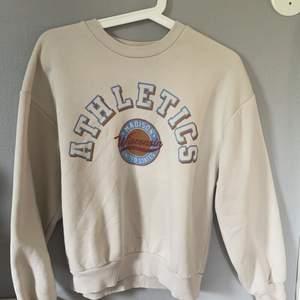 En as snygg sweatshirt ifrån Gina Tricot som ej kommer till användning längre. Den är i superfint skick och använd ett fåtal gånger 💕☺️