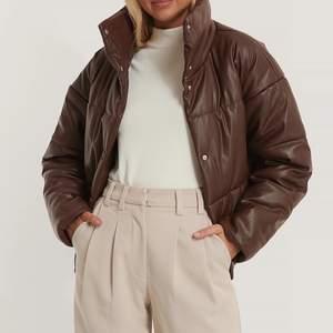 Brun leather pufferjacket från nakd, använd i vintras, storlek 34 men sitter oversized så du får plats med tjockare tröjor under🤍 frakt ingår i priset och är spårbar, köpt för 799kr (slutsåld)