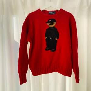 Svårhittad stickad begagnad björntröja från Ralph Lauren.   Lappen säger XL men tror den krympt i tvätt så inte verklig storlek. Bred men kort. Unisex.   Men strl: S/M Woman strl: M/L