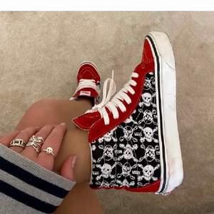 Lägger ut igen eftersom min andra annons laggade. Ifall ni har dessa skor i storlek 37,38, eller 39 och kan tänka er sälja skriv gärna!💕