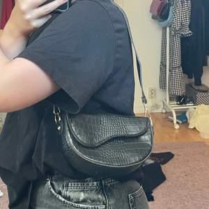 Säljer denna svarta shoulderbag med ormskinnsliknande material. Säljer för att jag har för många! Bra skick!💕💕