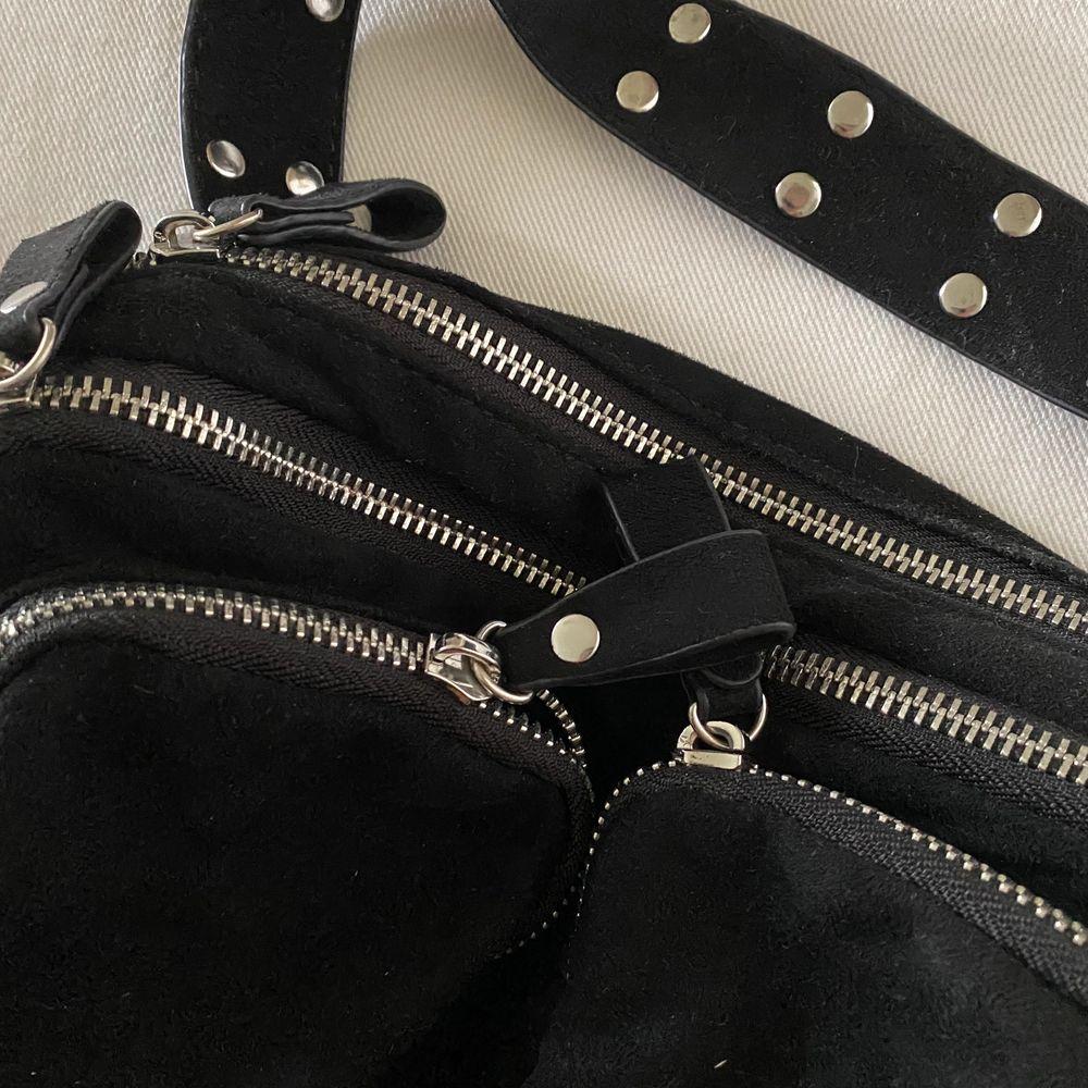 Fin väska som tyvärr ej kommer till användning, är i fint skick och man får även med ett långt band. Många som är intresserade & därav har jag valt budgivning. Högsta bud vinner och man får gratis frakt 🤍. Väskor.