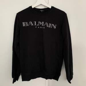 En svart pullover köpt på herravdelningen i strl M för 4500:- Lite oversized på mig som S-tjej) Använd ett fåtal gånger, så i bra skick. #balmain #balmainparis #svart #pullover #brand #NK #hoodie #tröja #herr #unisex