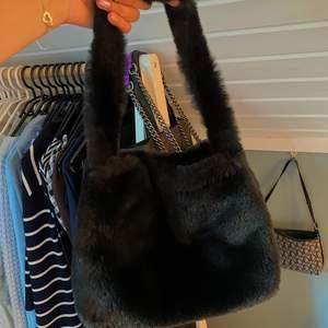 Säljer en jättefin oanvänd väska från brandy Melville, frakt betalas av köpare🤍
