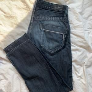 Såå snygga jeans från märket pepe jeans som jag precis köpt från sellpy men som ej passade mig och kan ej returnera :( de är mörkblå med en liten grå ton och passformen är rak. Jeansen har snygga detaljer vid fickorna som syns på bilderna. Skulle säga att skicket är 8,5/10 de har inga defekter men är inte heller helt nyskick. Storlek w32 l34 men var små i storleken i midjan för mig som har 32 waist i mina andra jeans.