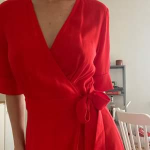 Jättefin röd omlottklänning ifrån &other stories❤️ Strl 36! Knappt använd och i jättefint skick! Buda i dm  eller köp direkt för 300kr+frakt! Högsta bud just nu 200kr+frakt