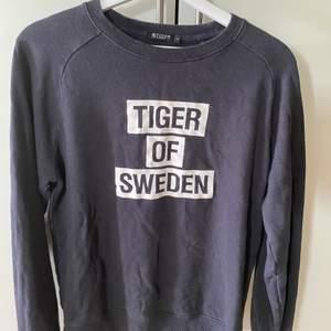 Sweatshirt från tiger of sweden, storlek S herr passar S-L dam! Den är i använt skick så färgen är inte 100% svart! Men mer att ge🥰 därav billiga priset