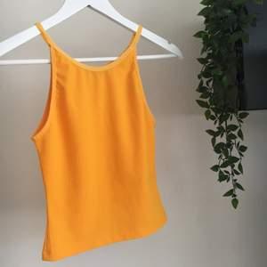 As söt ribbad linne med orange / gul färg💕 Helt oanvänt💗 As fint/skönt tyg💕