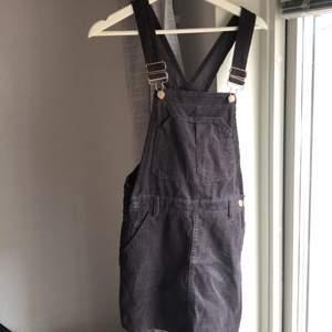 Superfin grå  hängselklänning i manchester från Pull & Bear. Saknas en knapp på sidan men funkar bra att använda utan den!