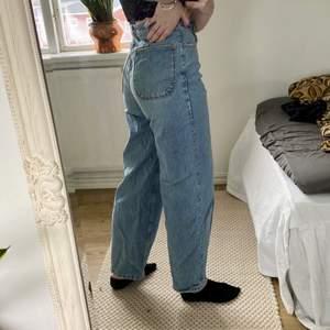 Ett par jeans i en ljusblå färg i storlek 36 från zara. Nästintill oanvända. Jag är 162cm. Högmidjade! Modellen är baggy, lite boyfriend eller typ dadjeans.💙