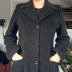Grå kappa i ull! Varm och skön, och väldigt fint figursydd :)