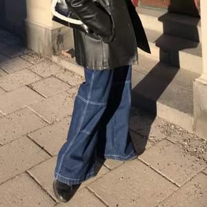 Mörkblåa breda jeans från shein i storlek XS, passar definitivt någon i S också. Byxorna är inte klippta kortare eller något och skulle säga att dom passar någon som är runt 160 (kortare eller längre)  om man vill att dom ska vara långa.