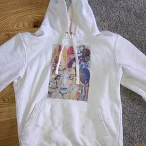 Säljer min snygga the cool elephant hoodie som jag köpte i december🤍den väl använd men ändå jättebra skick! 100+frakt (om det ser fläckigt ut är det pga min kamera)