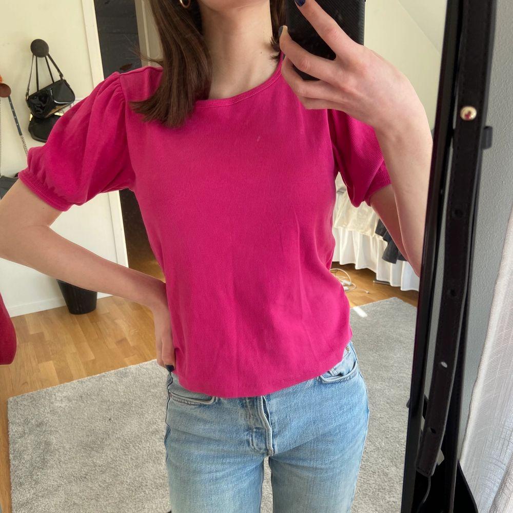 Säljer denna t-shirten med puffärmar från zara! Sån underbar färg som passar perfekt till våren och sommaren 😻 I Str L men passar mig som är XS/S, kan skicka fler bilder vid intresse.. Toppar.