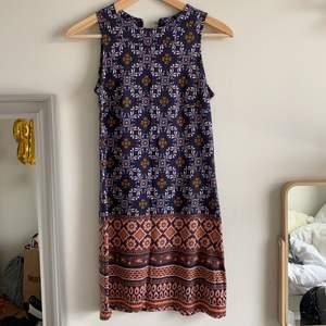 Väldigt fin klänning från indiska i storlek XS, använd några gånger men i väldigt fin skick, inte min stil längre därför jag säljer den. Väldigt skön och bekväm