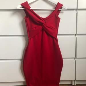 """Jätte snygg off the shoulder klänning med """"twist bust"""", tjockt material. Använd en gång. Har själv sytt in klänningen vid midjan (se sista bild) och syns bara från insidan. Stygnen går såklart att sprätta bort! Skriv privat för frågor 💞 köpare står för och väljer frakt :)"""