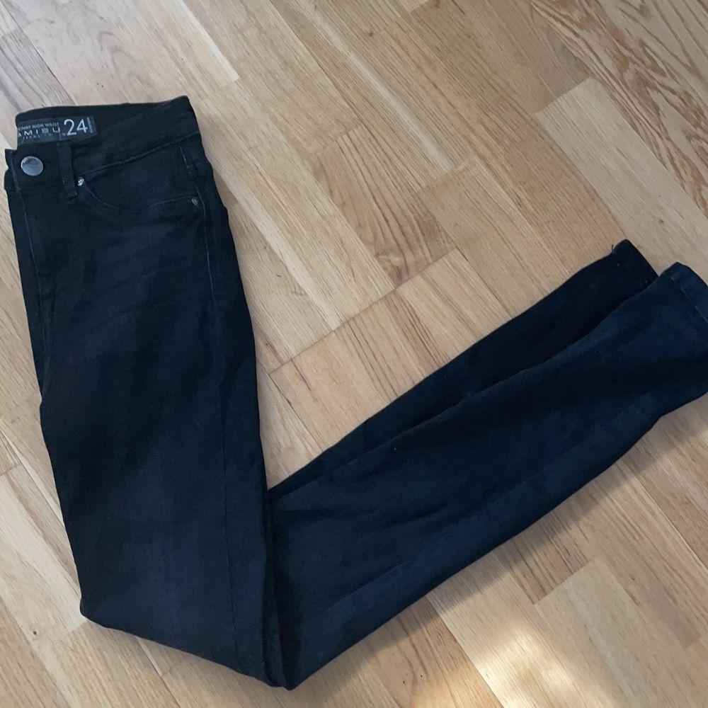 Säljer pågrund av att dom är för långa är 169! Så du som är längre köp wow vad fina dom är! 😍🥰🎉🎉 helt nya!!!. Jeans & Byxor.