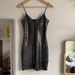 Fin festklänning från hm, använd bara en gång, passar superbra!!! Storlek är XS men passar S också, ganska stretchig material.