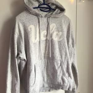 Säljer min fina ucla hoodie i rätt så bra skick, hoodien är lite urtvättad men sitter jättefint💕det är storlek M och skulle säga att den sitter som S/M⚡️