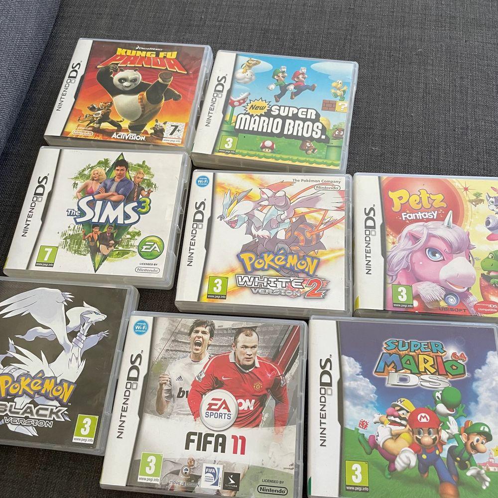 ett grönt Nintendo DS med skal och 5 spel . Övrigt.