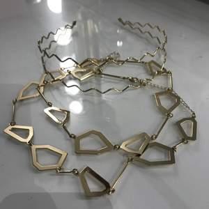 Två guldiga coola halsband och ett guldiga hårband✨💛  använda fåtal gånger och i bra skick. Säljer pga att jag enbart använder silver smycken. Skriv vid frågor😇💞 pris kan diskuteras!