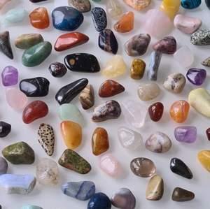 hej fina ni! har länge velat ha en small business så tänkte kolla om intresset finns! jag har idén att sälja mystery kristall kit! tänker att ett kit ska kosta 100 ink frakt och innehålla 3-5 kristaller och något extra ! tänker att man även kan få önska kristaller! hoppas intresset finns! isåfall köper jag in massor kristaller! kram på er🤍