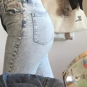 Supersöta jeans från Hm, säljer för att de är för små för mig. Passar på kortare personer. Märkta 36 men mer som 34. Säljs för 100 kr + 66kr frakt