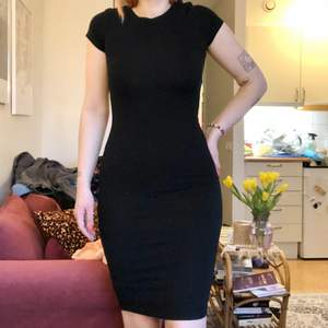 Skön tunn tight klänning. Korta ärmar. Medellång💕